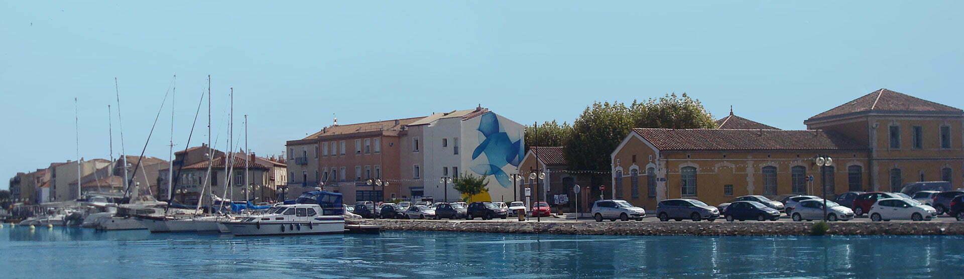 Peinture monumentale de Guillaume Bottazzi qui marque l'entrée du port de Martigues.