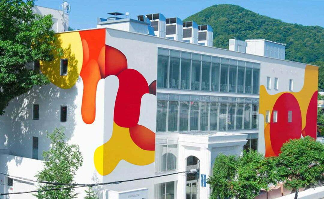 La plus grande peinture du Japon réalisée par l'artiste Guillaume Bottazzi sur le musée d'art Miyanomori au Japon,façade principale