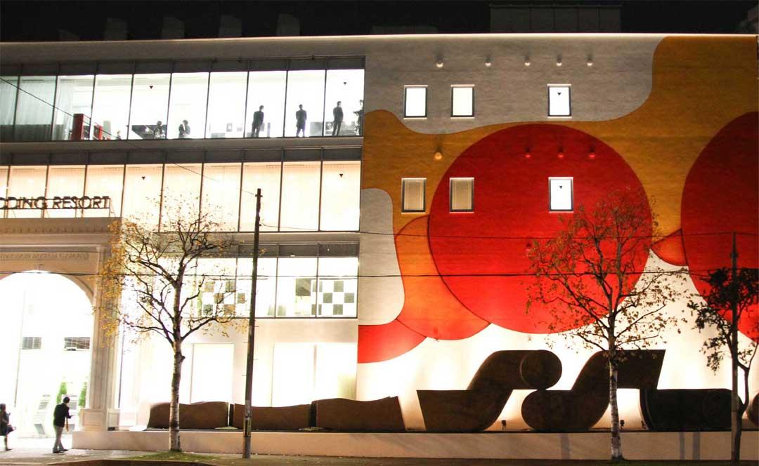 La plus grande peinture du Japon réalisée par l'artiste Guillaume Bottazzi sur le musée d'art Miyanomori au Japon,façade principale vue de nuit