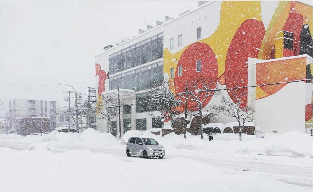La plus grande peinture du Japon réalisée par l'artiste Guillaume Bottazzi sur le musée d'art Miyanomori au Japon, ici sous la neige.