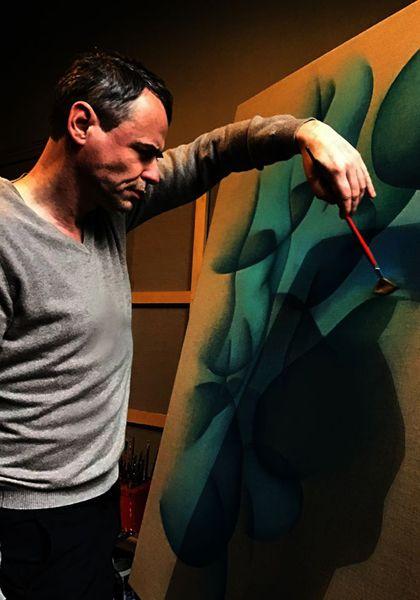 Le peintre Guillaume Bottazzi en train de peindre dans son atelier