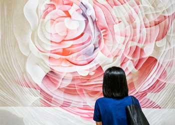 Un visiteur regardant un tableau de Guillaume Bottazzi pendant une exposition à Hong Kong
