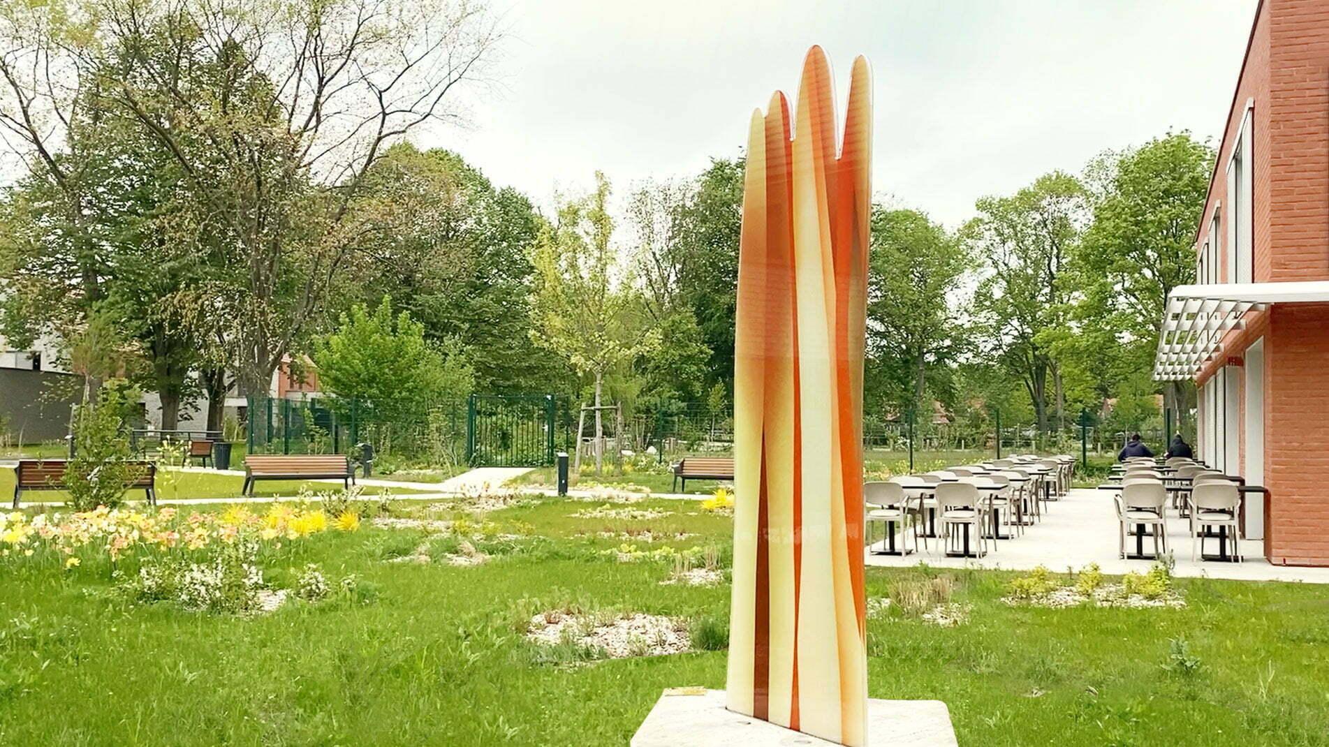 Sculpture de 3 mètres de haut réalisée par Guillaume Bottazzi à Croix en 2021. Cette oeuvre est composée d'émaux sur verre