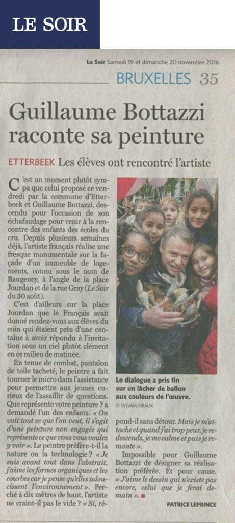 Guillaume Bottazzi rencontre des enfants lors de la réalisation de sa peinture monumentale à Bruxelles. Article du journal Le Soir.