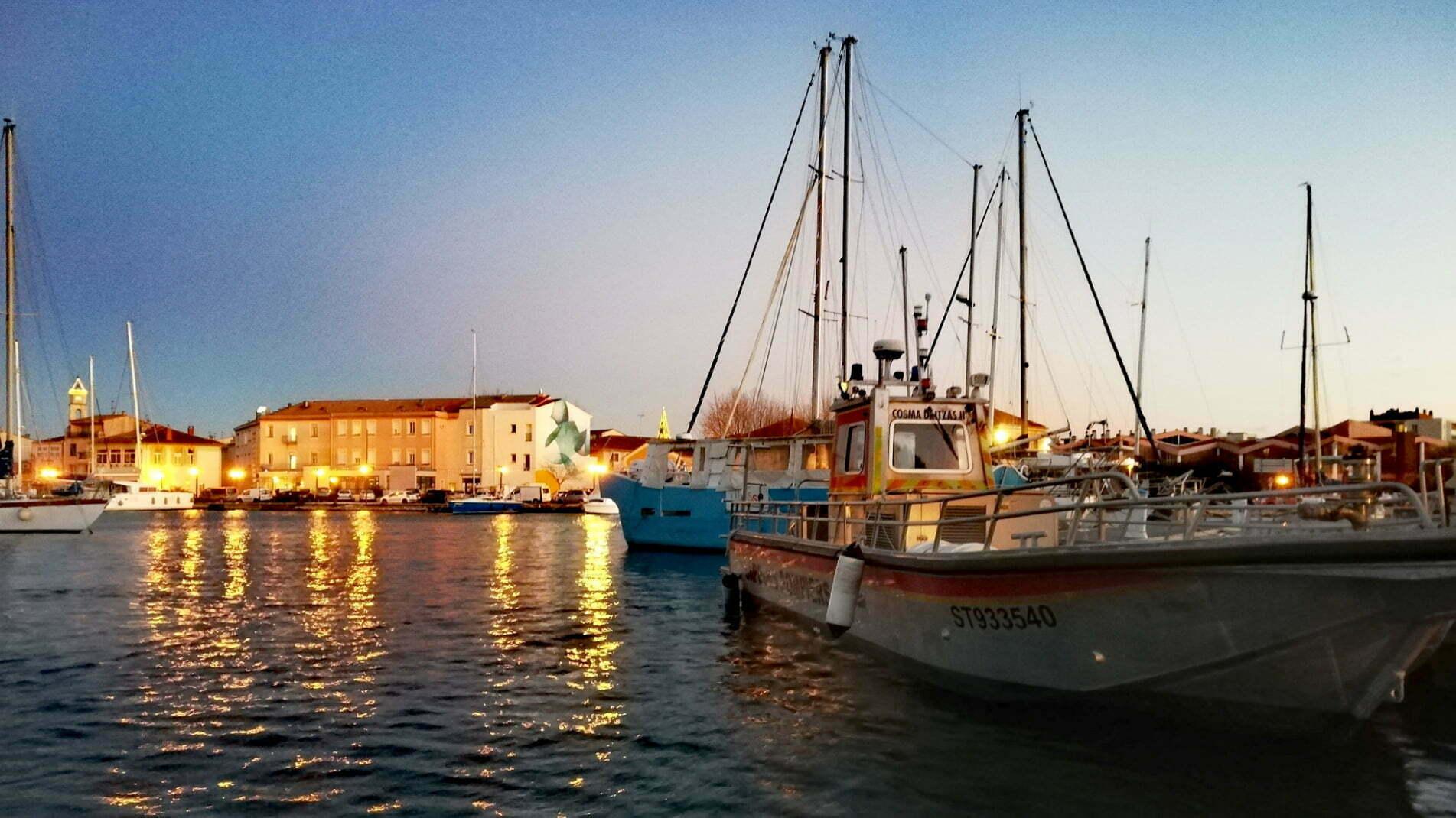 Coucher de soleil sur la fresque de Guillaume Bottazzi qui marque l'entrée du port de Martigues